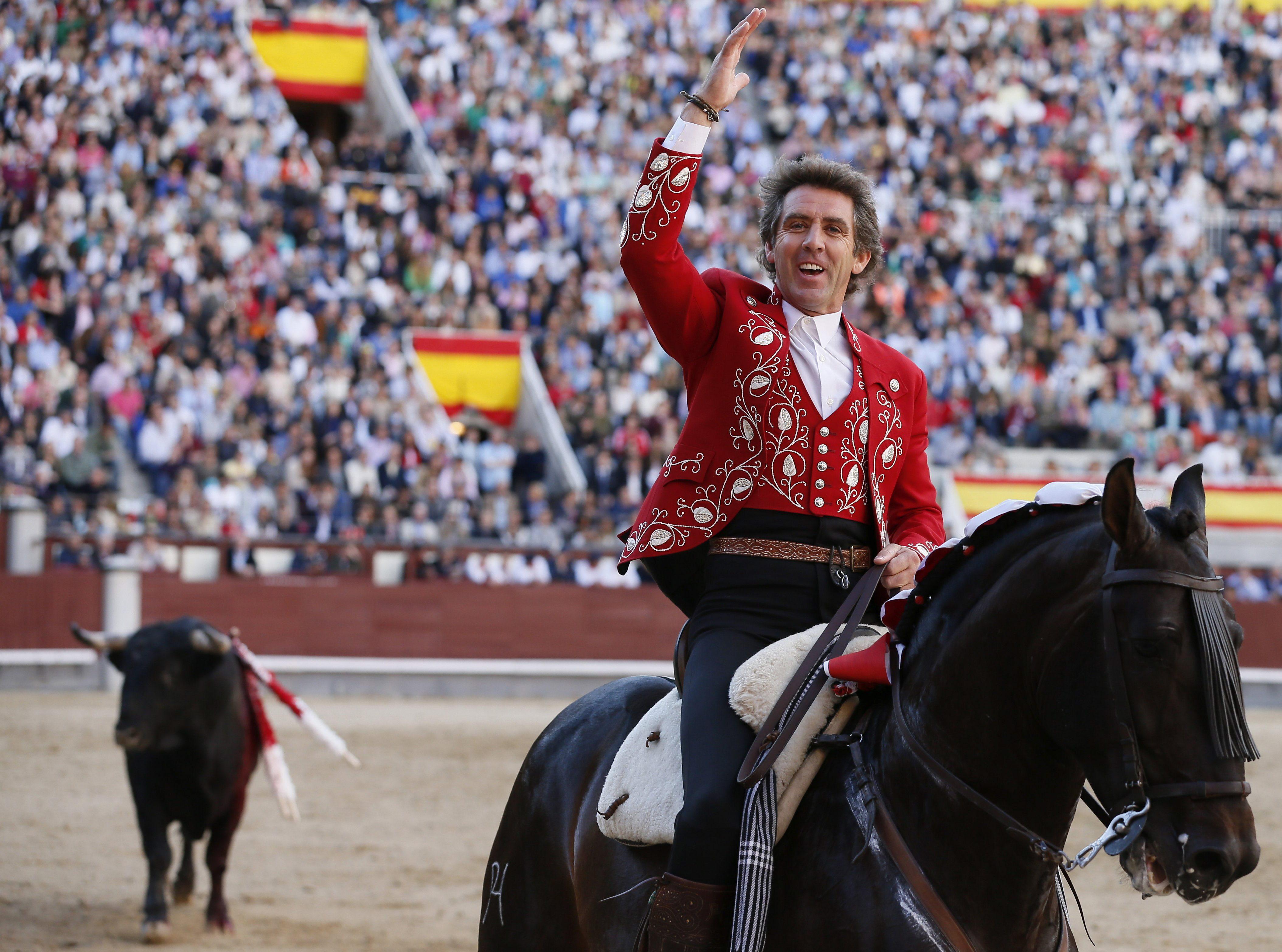 GRA223. MADRID, 31/05/2014.- El rejoneador Pablo Hermoso de Mendoza saluda al respetable durante la faena a su primero en el vigésimo segundo festejo de la feria de San Isidro, celebrado hoy en la Monumental de Las Ventas, en Madrid, en el que ha compartido cartel con Sergio Galán y Manuel Manzanares, que confirma alternativa, con toros de Fermín Bohórquez. EFE/JuanJo Martin